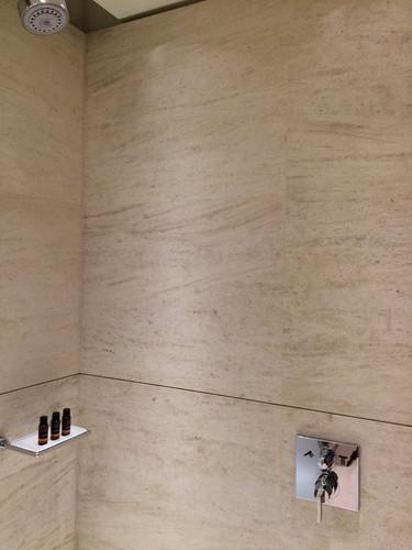 カタール ラウンジのシャワーにあるRITUALSアメニティ